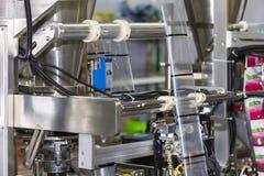 Fermez-vous vers le haut de l'unité de emballage de la machine à emballer de pointe et automatique de nourriture pour industriel photo stock