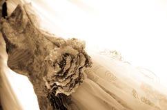 Fermez-vous vers le haut de la belle robe nuptiale sur un balcon d'hublot Image libre de droits