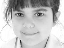Fermez-vous vers le haut de la belle vieille fille de cinq ans en noir et blanc Photographie stock libre de droits