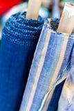 Fermez-vous vers le haut de la bobine de toile bleue qui produisent par la machine de tissage et le Th photo stock