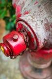Fermez-vous vers le haut de la bouche d'incendie rouge en saleté sur la rue de Hong Kong sur les pavés images stock