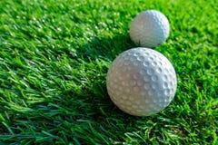 Fermez-vous vers le haut de la boule de golf sur l'herbe images libres de droits