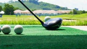 Fermez-vous vers le haut de la boule sur le golfeur retiré par pièce en t prenant l'oscillation frappant la boule de golf outre d Photographie stock libre de droits