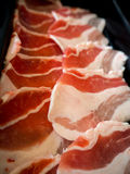 Fermez-vous vers le haut de la côtelette fraîche de porc coupée en tranches pour le BBQ de barbecue Photographie stock