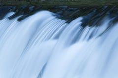 Fermez-vous vers le haut de la cascade à écriture ligne par ligne sur le fleuve de montagne Photo libre de droits