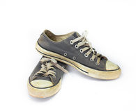 Fermez-vous vers le haut de la chaussure sale sur le fond blanc d'isolat, fin vers le haut de la chaussure, chaussures bleues sal Image libre de droits