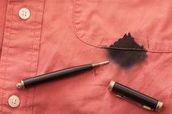 Fermez-vous vers le haut de la chemise souillée de l'homme avec le crayon lecteur cassé Photos libres de droits