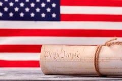 Fermez-vous vers le haut de la constitution des USA sur le fond de drapeau des Etats-Unis photo libre de droits