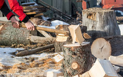 Fermez-vous vers le haut de la coordonnée de l'homme cassant le bois du feu Photographie stock libre de droits