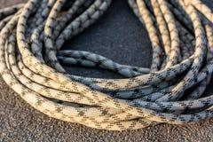 Fermez-vous vers le haut de la corde s'élevante tressée sur l'asphalte Image libre de droits