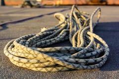 Fermez-vous vers le haut de la corde s'élevante tressée sur l'asphalte Photographie stock libre de droits
