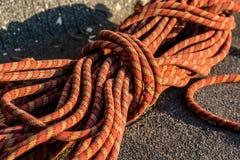 Fermez-vous vers le haut de la corde tressée rouge sur l'asphalte Image libre de droits
