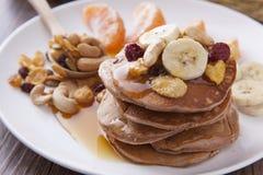 Fermez-vous vers le haut de la crêpe avec la banane, la fraise et le cornflake Photo stock