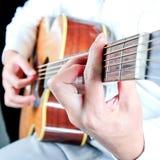 Fermez-vous vers le haut de la cueillette de guitare photographie stock libre de droits