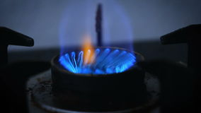 Fermez-vous vers le haut de la cuisinière à gaz brûlante d'allumage de début de tir et du feu bleu avec l'obscurité et du grain t banque de vidéos