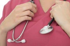 Fermez-vous vers le haut de la culture d'un jeune docteur féminin Holding A Stethoscope photographie stock libre de droits
