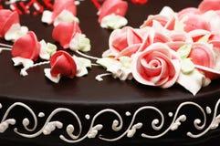 Fermez-vous vers le haut de la décoration rose sur le gâteau Photo libre de droits