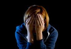 Fermez-vous vers le haut de la dépression de souffrance de femme et soulignez seul pleurer photographie stock libre de droits