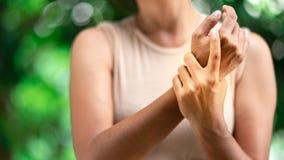 Fermez-vous vers le haut de la douleur de poignet de femme images libres de droits