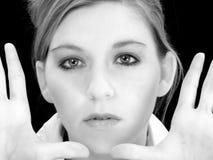 Fermez-vous vers le haut de la femme avec des mains vers le haut en noir et blanc Photo stock