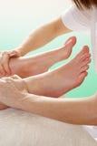 Fermez-vous vers le haut de la femme ayant le massage de cheville Photographie stock libre de droits