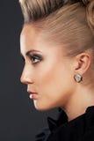 Fermez-vous vers le haut de la femme blonde avec la coiffure de mode Photos libres de droits