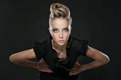 Fermez-vous vers le haut de la femme blonde avec la coiffure de mode Photographie stock libre de droits