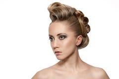 Fermez-vous vers le haut de la femme blonde avec la coiffure de mode Image stock