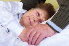 Fermez-vous vers le haut de la femme clouée au lit Image stock