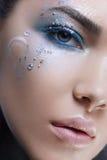 Fermez-vous vers le haut de la femme de tir de tête de beauté avec le maquillage d'imagination Photographie stock
