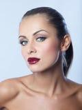 Fermez-vous vers le haut de la femme séduisante nue dans le rouge à lèvres rouge foncé photo libre de droits