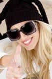 Fermez-vous vers le haut de la femme souriant et affichant des pouces vers le haut Photographie stock