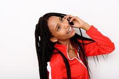 Fermez-vous vers le haut de la fille d'afro-américain appréciant parler au téléphone portable sur le fond blanc Images stock