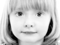Fermez-vous vers le haut de la fille de 4 ans en noir et blanc photo libre de droits