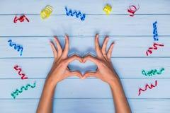 Fermez-vous vers le haut de la forme d'amour de la main Photo stock