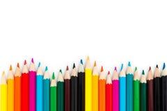 Fermez-vous vers le haut de la forme de vague de crayons de couleur d'isolement sur le fond blanc Images libres de droits