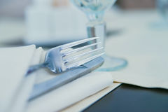 Fermez-vous vers le haut de la fourchette sur la serviette blanche dans le restaurant photo libre de droits