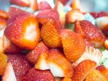 Fermez-vous vers le haut de la fraise coupée en tranches pour l'écrimage de gâteau Image libre de droits