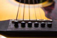 Fermez-vous vers le haut de la guitare acoustique et du fil de guitare Image stock