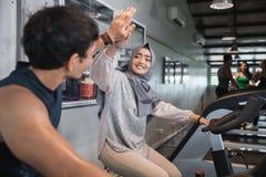 Fermez-vous vers le haut de la haute cinq de vue au gymnase faisant de cardio- exercices photos libres de droits