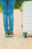 Fermez-vous vers le haut de la jambe de la femme prête à marcher sur la route Photos stock