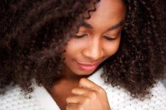 Fermez-vous vers le haut de la jeune femme africaine avec des yeux fermés photo stock