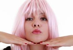 Fermez-vous vers le haut de la jeune femme avec le cheveu rose Photographie stock