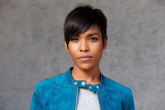 Fermez-vous vers le haut de la jeune femme de couleur à la mode avec la veste bleue photos stock