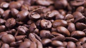 Fermez-vous vers le haut de la longueur de tourner les grains de café rôtis clips vidéos