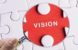 Fermez-vous vers le haut de la loupe recherchant la vision absente de paix de puzzle Photographie stock libre de droits