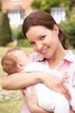 Fermez-vous vers le haut de la mère caressant le bébé nouveau-né se surpassent Photographie stock
