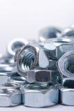 Fermez-vous vers le haut de la macro image des écrous en métal Photo libre de droits