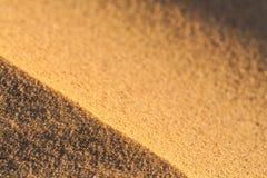 Fermez-vous vers le haut de la macro texture de la dune de sable Images stock