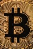 fermez-vous vers le haut de la macro vue d'un symbole de bitcoin Photos stock